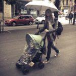Passeggino e pioggia: un ombrello molto utile alle mamme