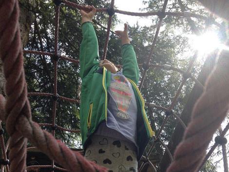 Bianca alle prese con un ponte di corda - Colfosco