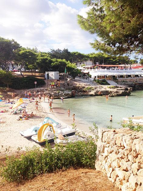 La piccola spiaggia di Cala Blanca