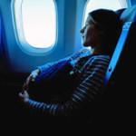 Partorisce in aereo e getta il neonato nel water