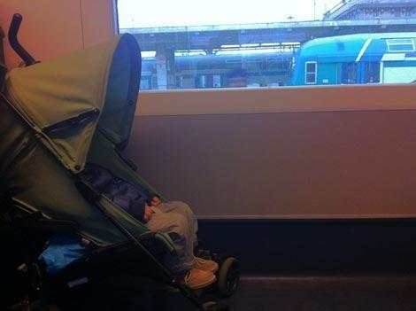in treno con il passeggino