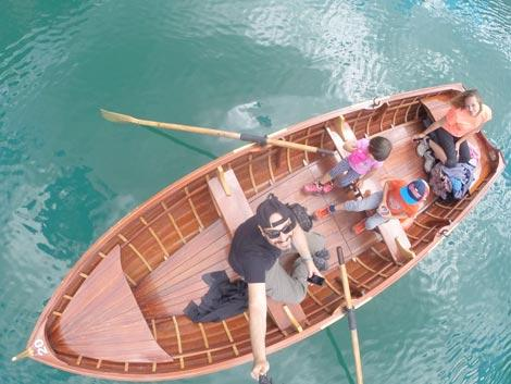 In barca al lago di Braies, col cappellino é meglio
