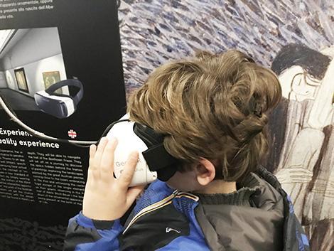 Klimt Experience a Roma con i bambini: i visori per la realtà virtuale