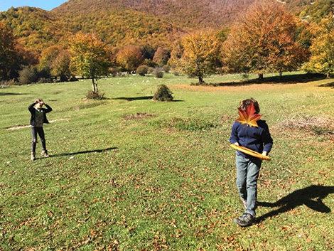 giocare a frisbee a prato di campoli